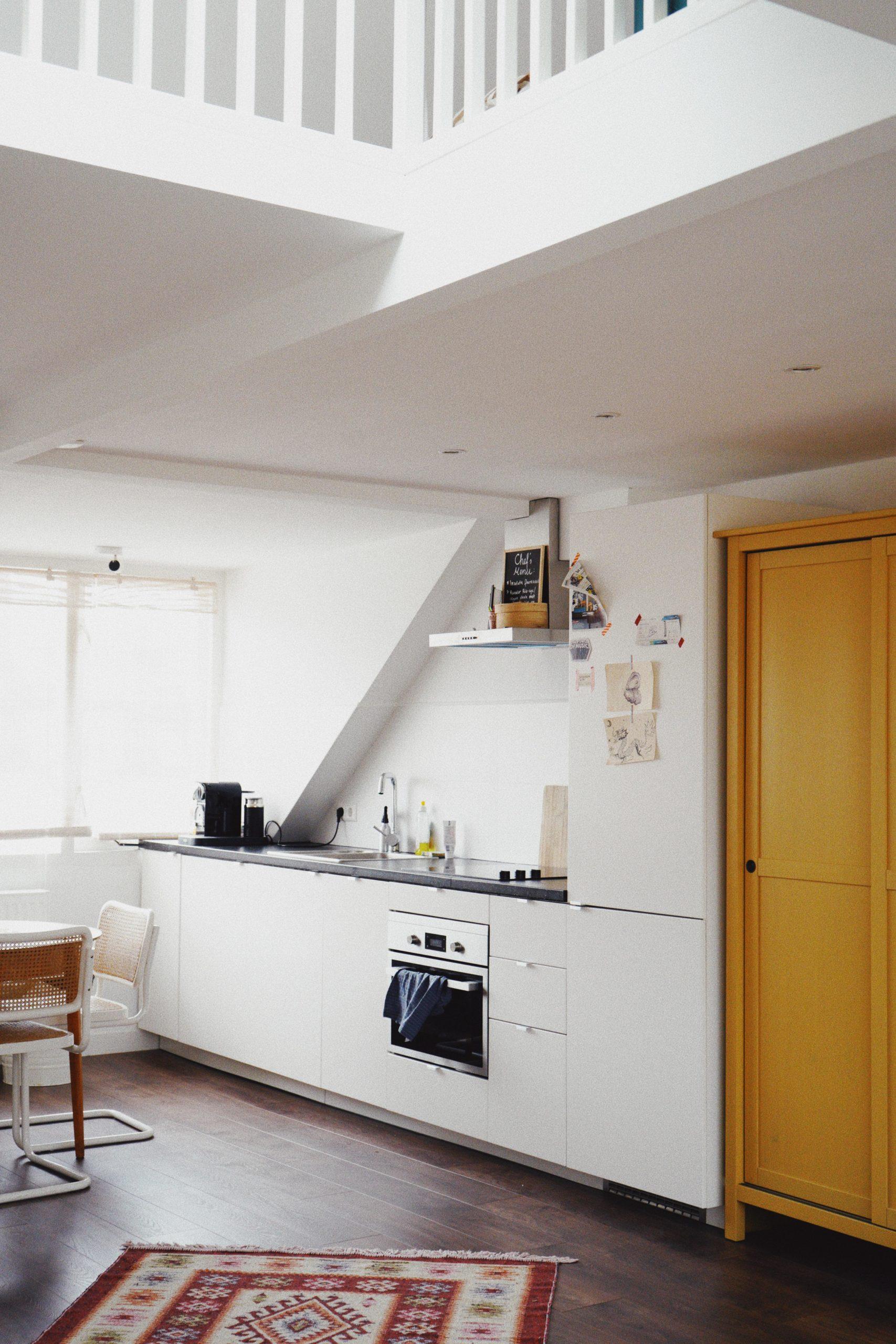 Küchenzeile und gelber schrank