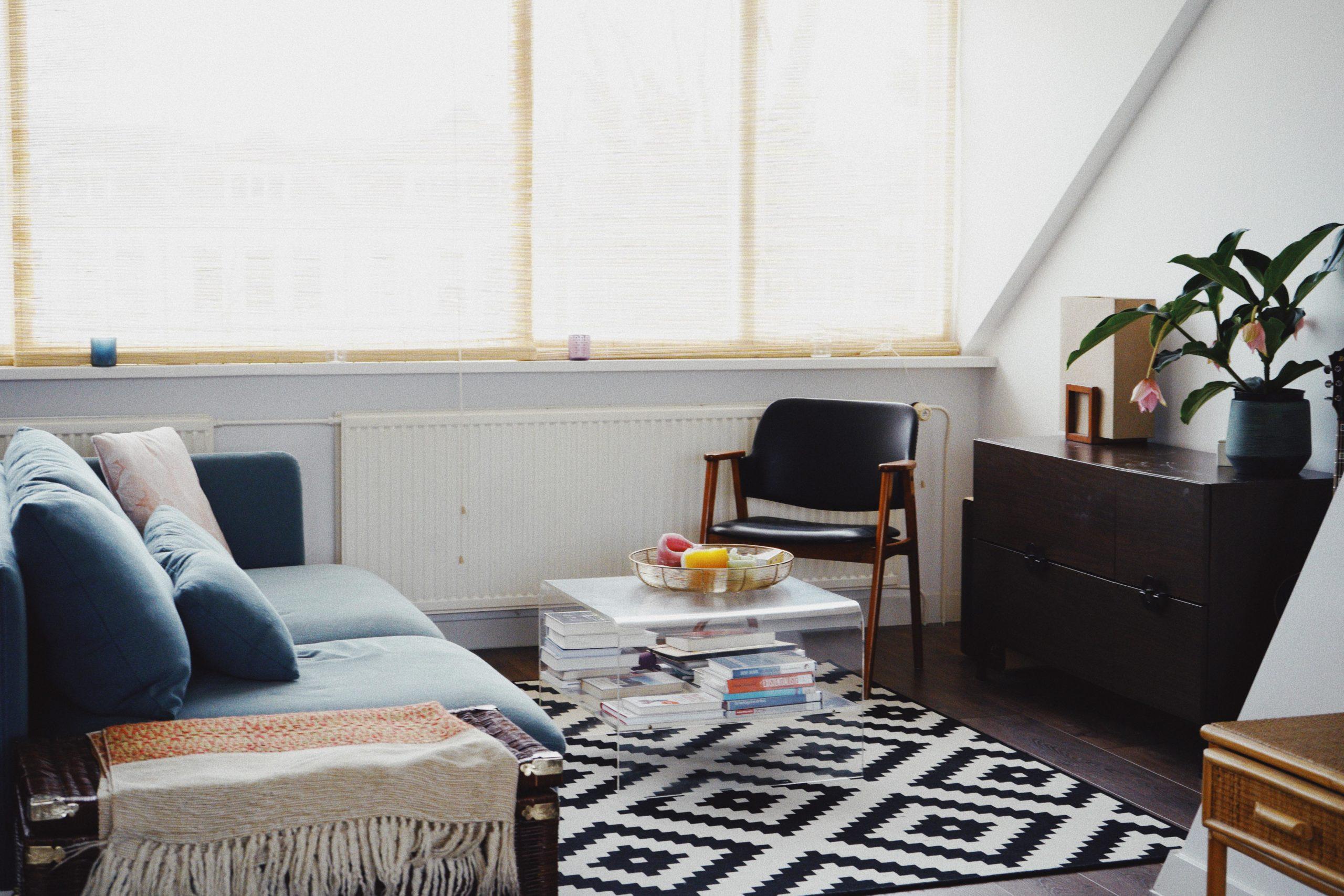 Wohnzimmer mit Türkisem sofa plexiglastisch Sessel und sideboard