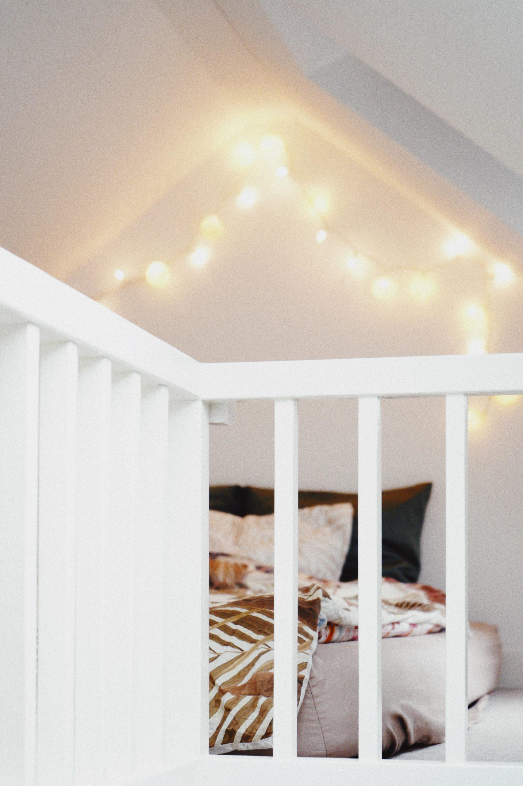 Geländer vor Bett mit Lichterkette